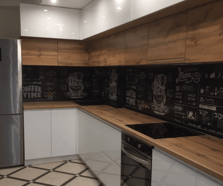 белая кухня с расписным фартуком