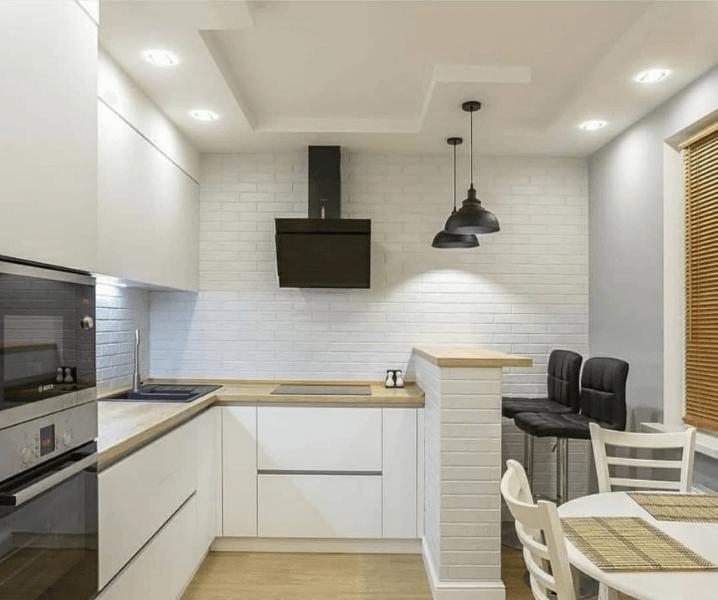 Современная белая кухня с деревянной столешницей черная вытяжка