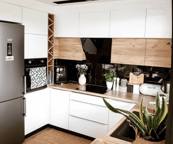 Современная белая кухня с деревянной с холодильником