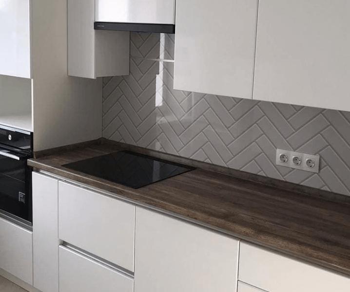 матовая белая кухня фартук мозаика
