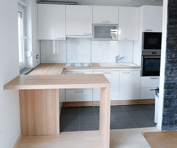 Современная белая кухня с деревянной столешницей отзывы