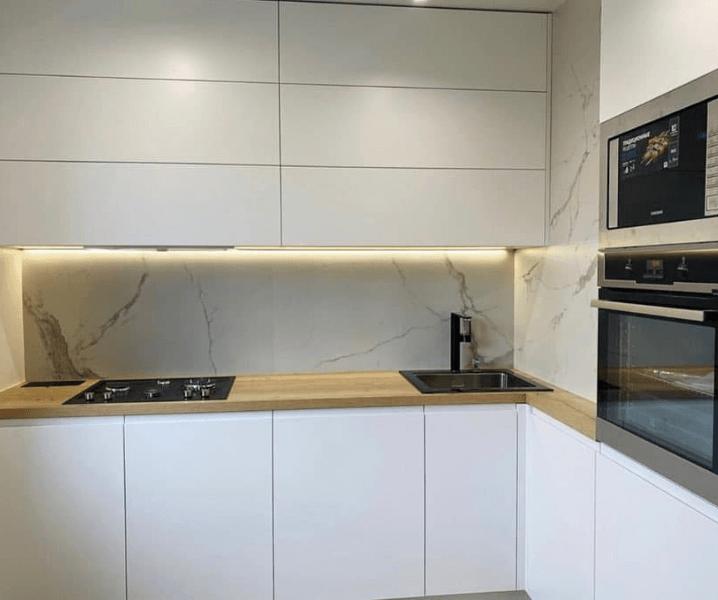 белая кухня с фартуком каллаката
