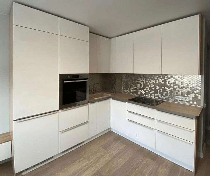 фартук мозаика зеркальная белая кухня