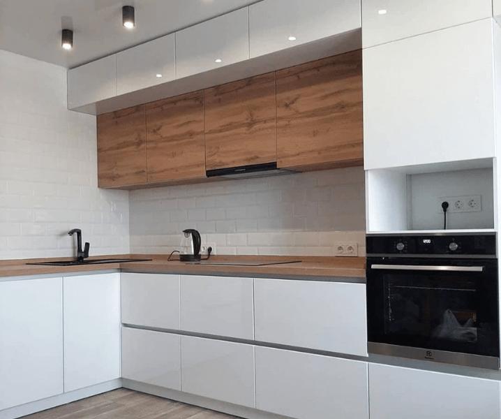 Современная белая кухня с деревянной столешницей красивая