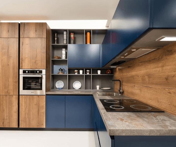 деревянная кухня со столешницей из камня