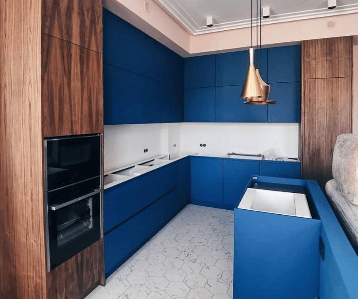 ярко-синяя кухня с деревом