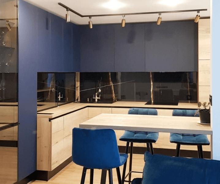 классная синяя кухня с обеденной зоной