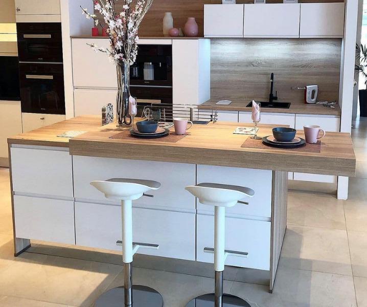 Дизайн современной кухни с барной стойкой со стульями