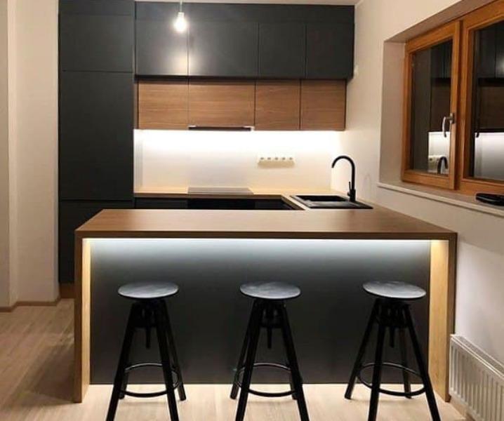 Дизайн современной кухни с барной стойкой с подсветкой