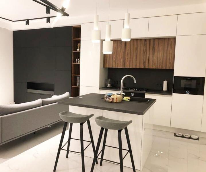 Дизайн современной кухни с барной стойкой со стульями для бара