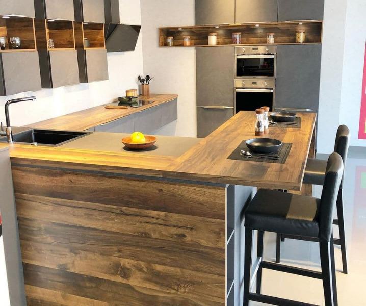 Дизайн современной кухни с барной стойкой коричневая
