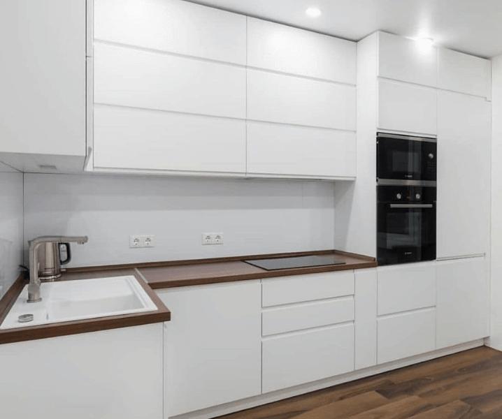 Современная белая кухня с деревянной столешницей глянцевая