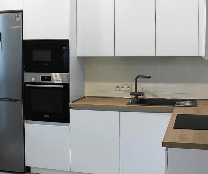 белая матовая кухня стильная