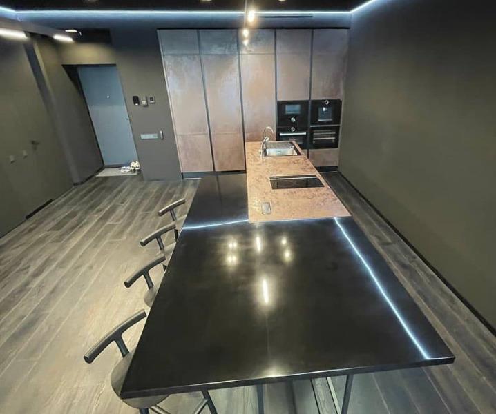 черная столешница и кухня