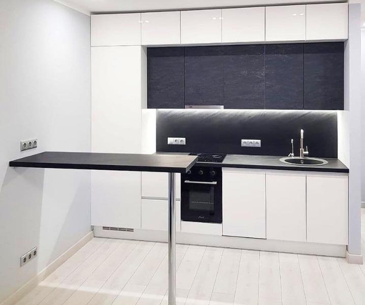 Дизайн современной кухни с барной стойкой с черной барной стойкой