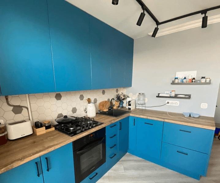 Кухни синего цвета в современном стиле ярко-синяя
