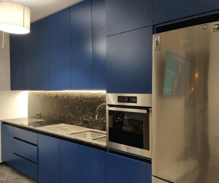 кухня с холодильником