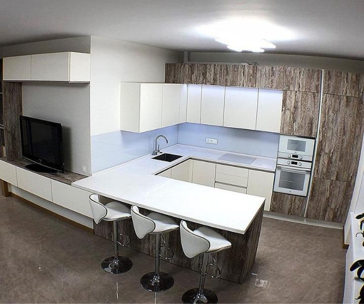 кухня с гостиной белая
