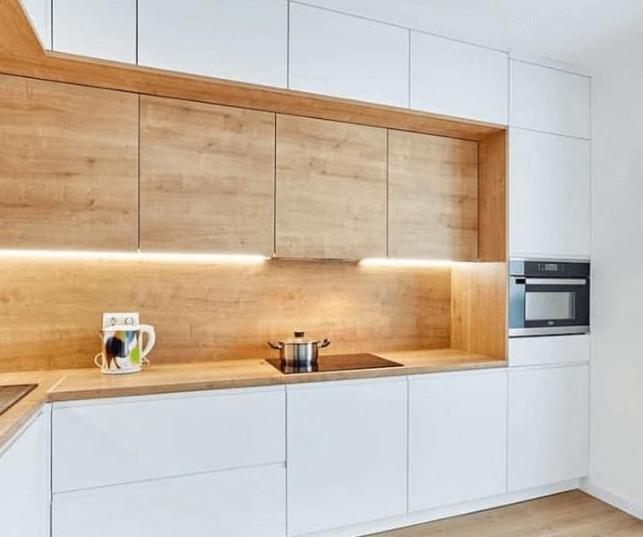 беленькая кухня с фартуком из дерева