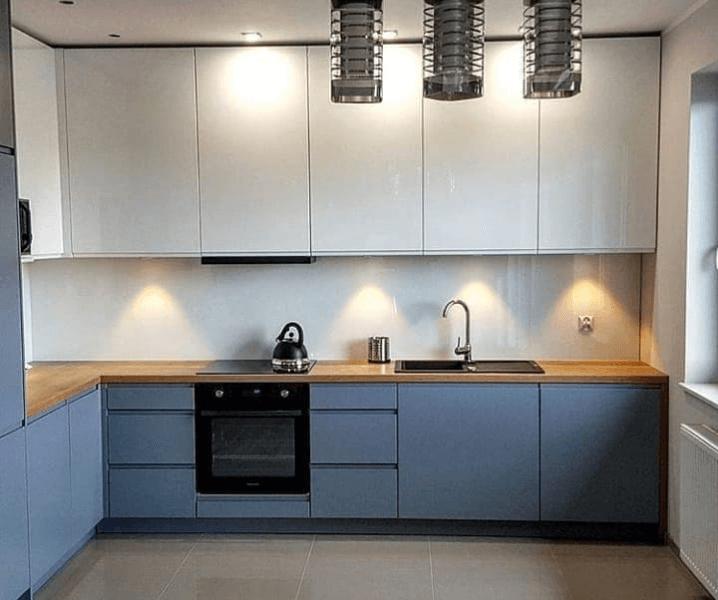 кухня серо-голубая со столешницей