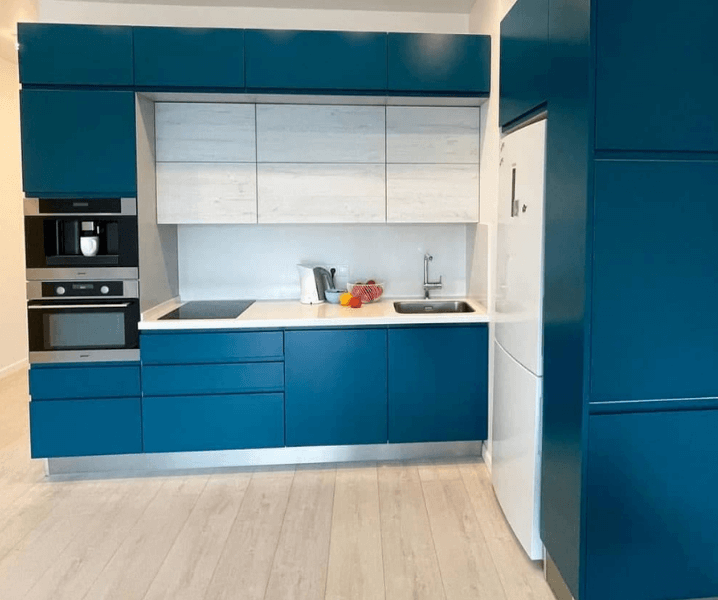 яркая синяя кухня красивая