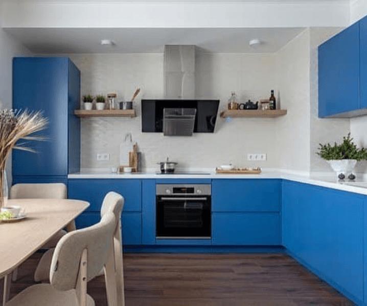 Кухни синего цвета в современном стиле с обеденной зоной