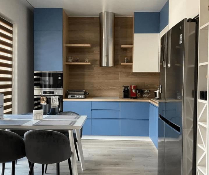 голубая кухня с металлом