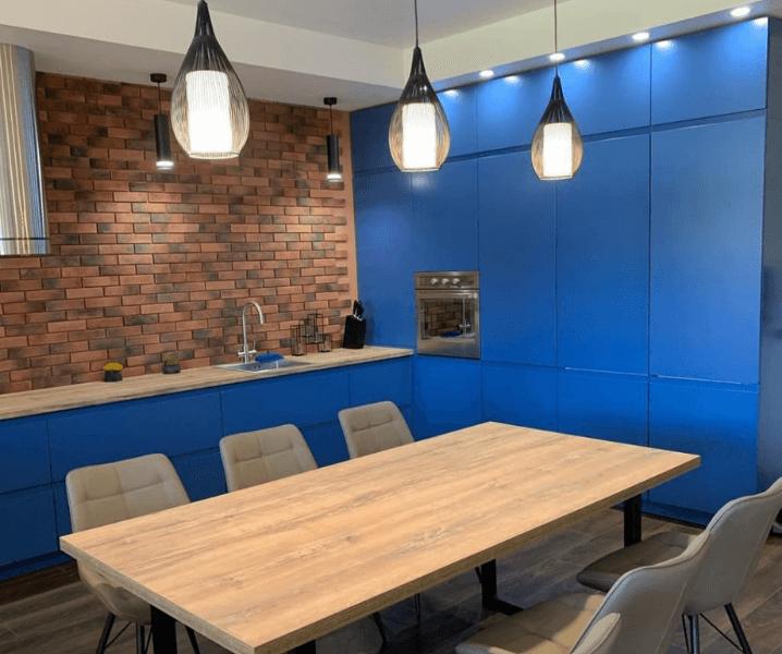 Кухни синего цвета в современном стиле со светильниками