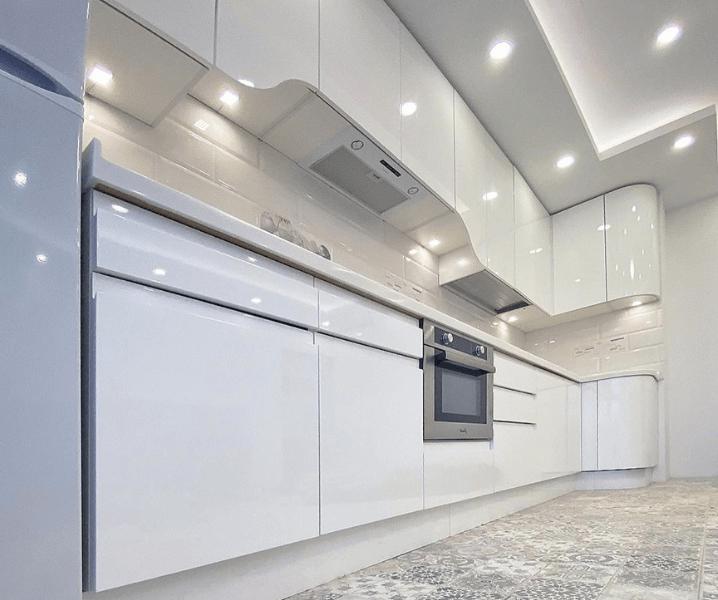 освещение белой кухни