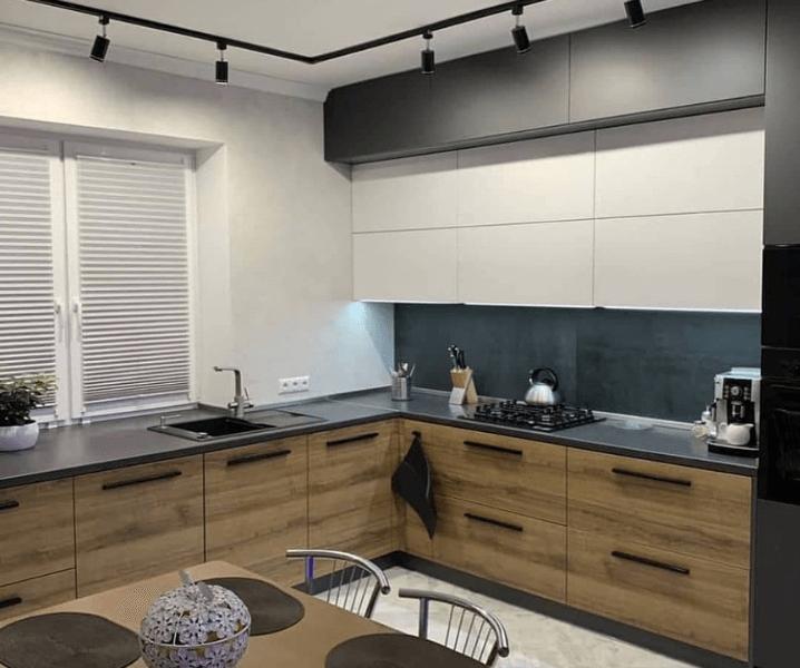 Дизайн угловой кухни в современном стиле черно-деревянная