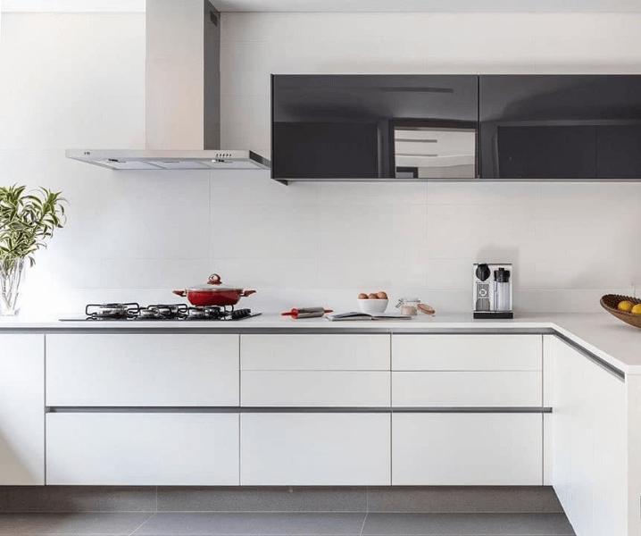 белая хайтек кухня