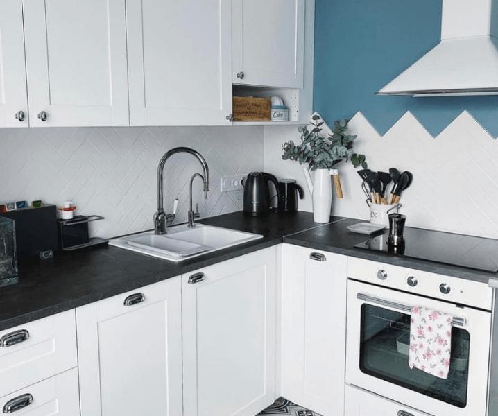 скандинавская угловая современная кухня белая с черной столешницей