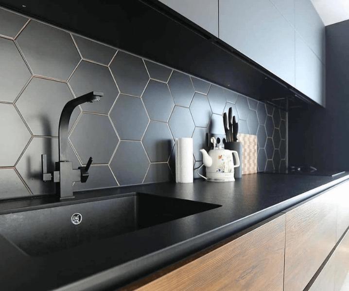 Дизайн угловой кухни в современном стиле с темной столешницей