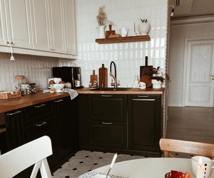 скандинавская угловая современная кухня черная с деревом
