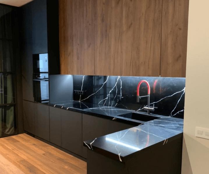 Дизайн угловой кухни в современном стиле с красным смесителем