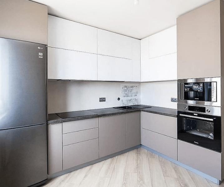 Дизайн угловой кухни в современном стиле белая с бежевыми фасадами
