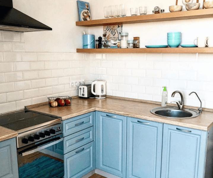 скандинавская угловая современная кухня голубая