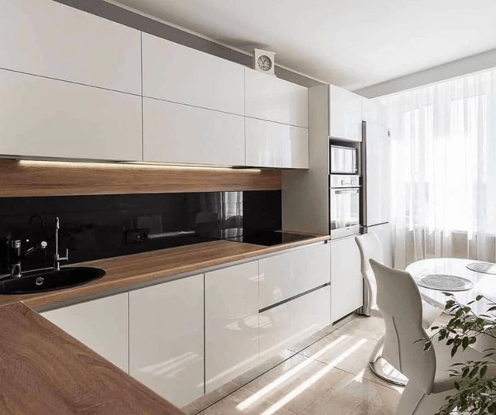 Дизайн угловой кухни в современном стиле минимализм с деревянной столешницей