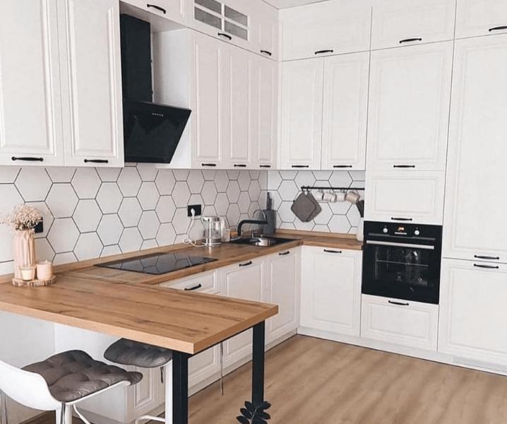скандинавская угловая современная кухня с деревянной барной стойкой