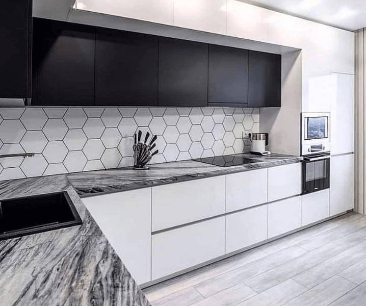 Дизайн угловой кухни в современном стиле минимализм с фартуком соты