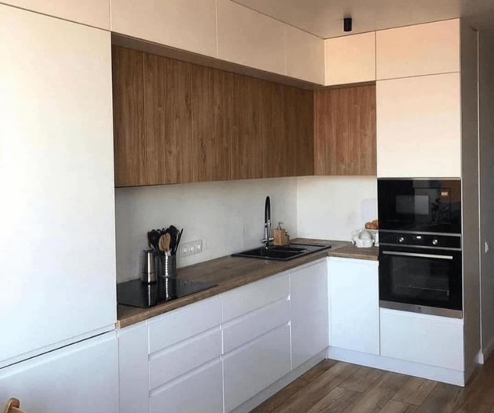 Дизайн угловой кухни в современном стиле светло-белая