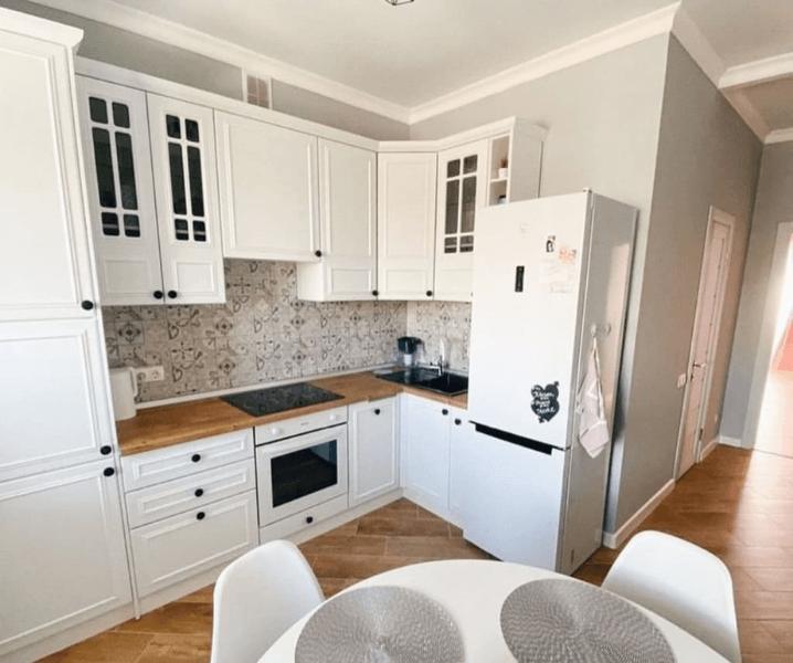 скандинавская угловая современная кухня до потолка