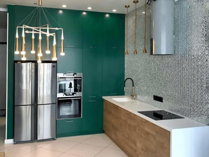 изумрудная кухня с металлическим холодильником