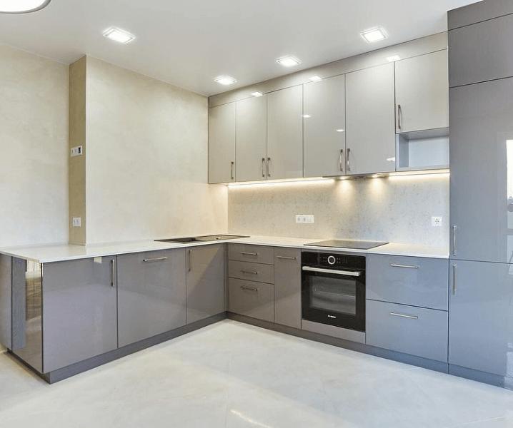 глянцевая серо-белая кухня