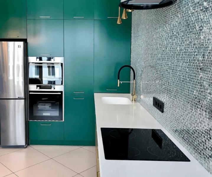 белая столешница с зеленой кухне