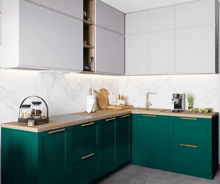 зеленая кухня с белыми фасадами и деревом