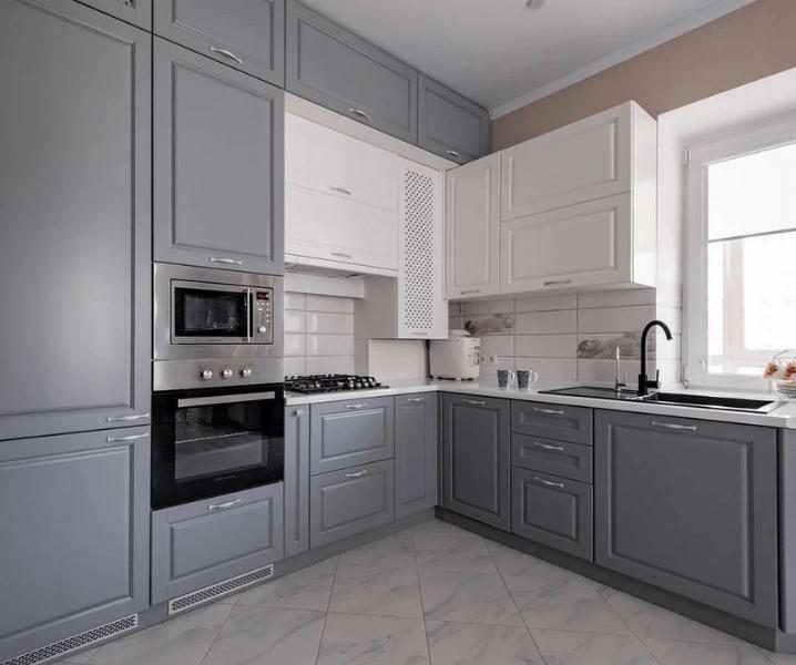 бело-серая кухня в интерьере