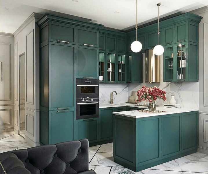 классическая кухня с зелеными фасадами