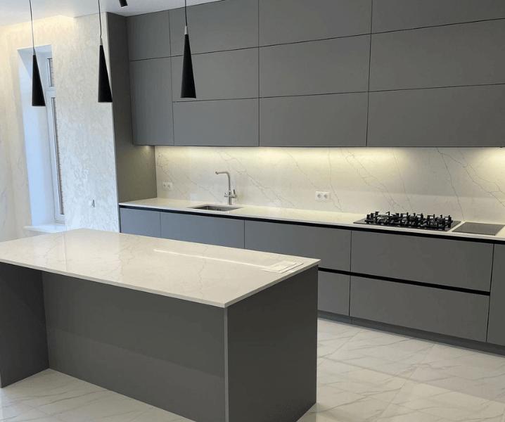 минимализм серая кухня с темно-серыми фасадами