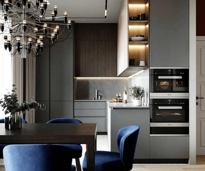 Современная кухня в сером цвете с синими стульями